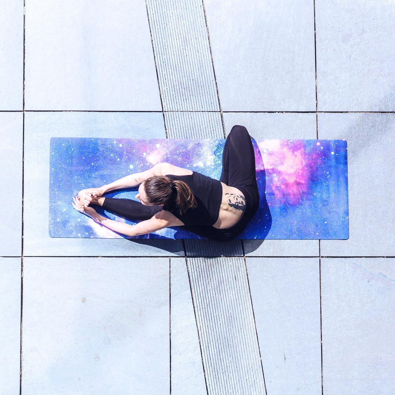 Jana macht Yoga auf einer bunten Yogamatte